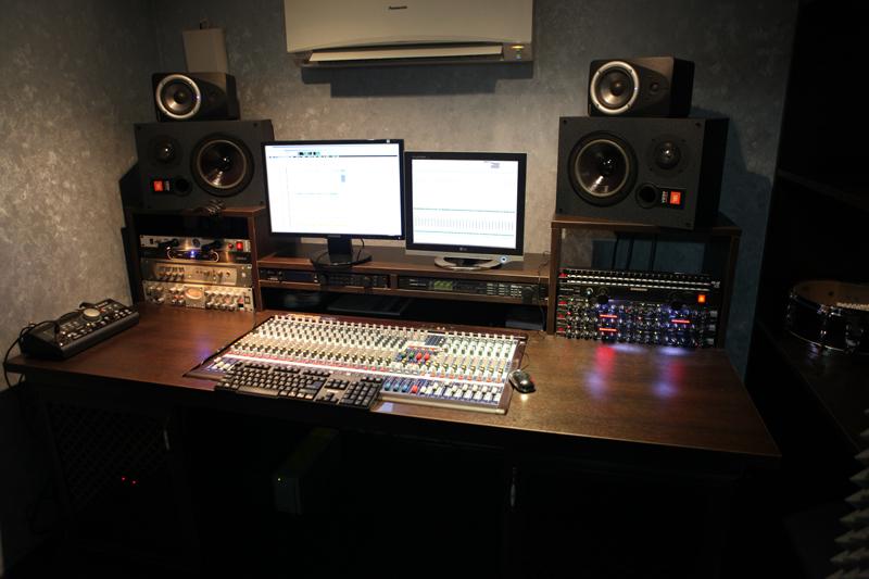 Заработать в студии звукозаписи.